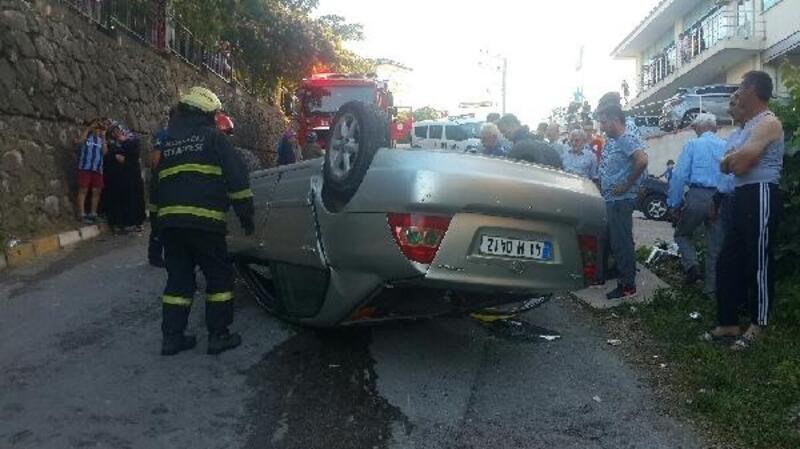 Ehliyetsiz sürücünün kullandığı otomobil istinat duvarından uçtu: 2 yaralı