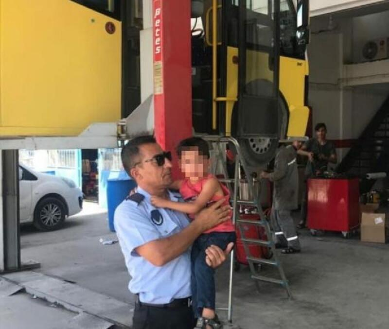 Minibüste unutulan çocuk, ailesine teslim edildi