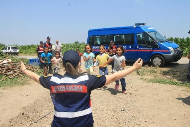 Jandarmadan mevsimlik işçilerin çocuklarına ziyaret