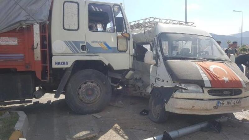 Tarım işçilerinin taşındığı minibüs ile kamyon çarpıştı: 12 yaralı