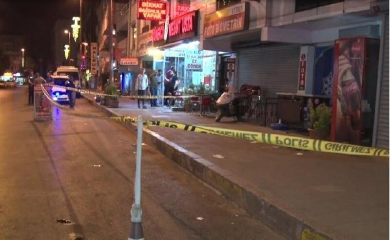 Caddede yürüyen 2 kişi silahlı saldırıda yaralandı