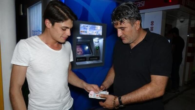 ATM'de unutulan parayı polise teslim etti