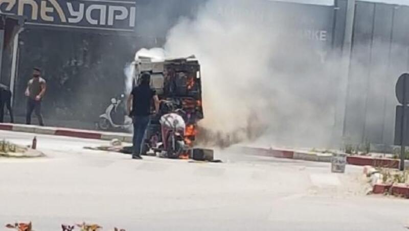 Karton yüklü motosiklet alev alev yandı