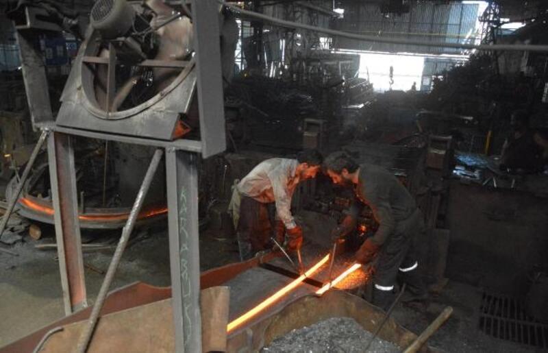 Demir işçileri su tutarak serinliyor