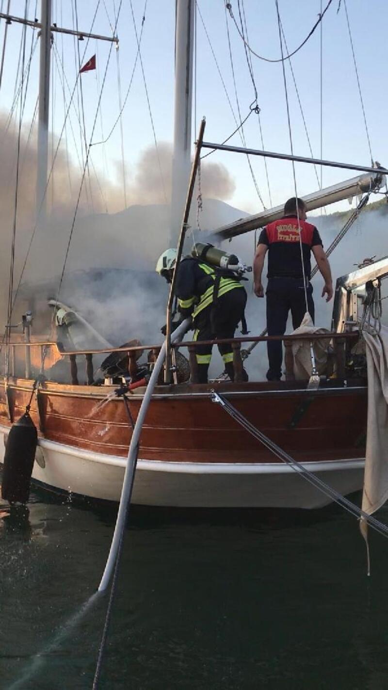 Fethiye'de ABD bayraklı gulet tekne alev alev yandı
