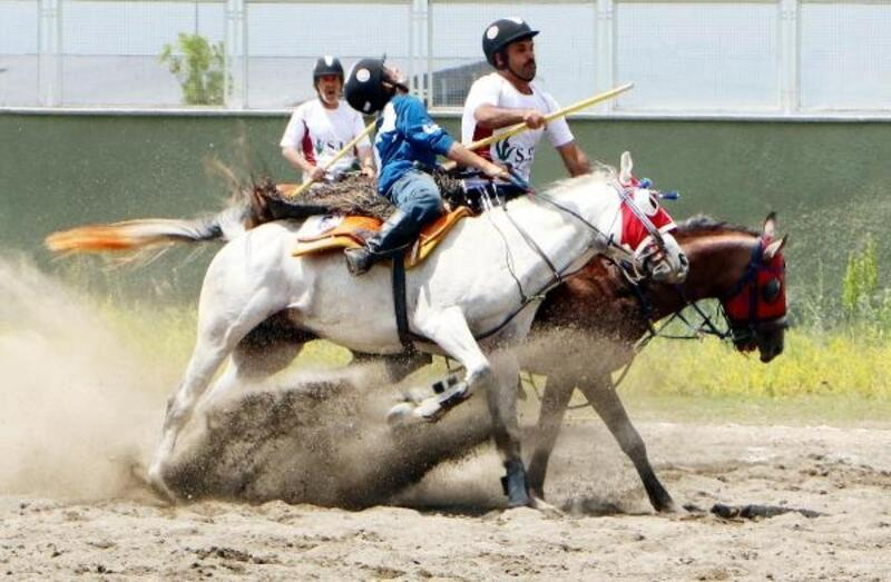 Cirit müsabakasında çarpışan atlar korkuttu