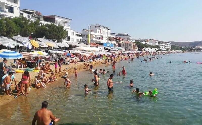 Avşa Adası'nda sıcaktan bunalan tatilciler kendini denize attı