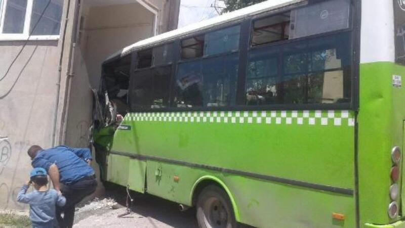 Binaya çarpan otobüsün şoförü 43 gün sonra yaşamını yitirdi