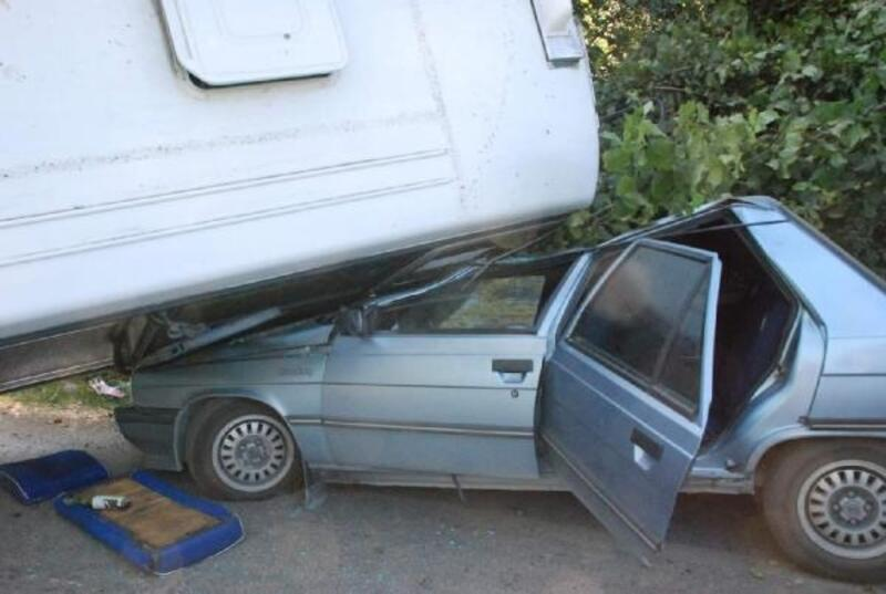 Freni boşalan minibüs otomobilin üzerine devrildi