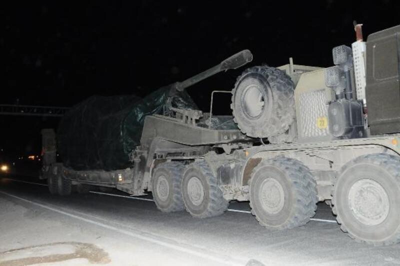 Akçakale'ye askeri sevkiyat sürüyor