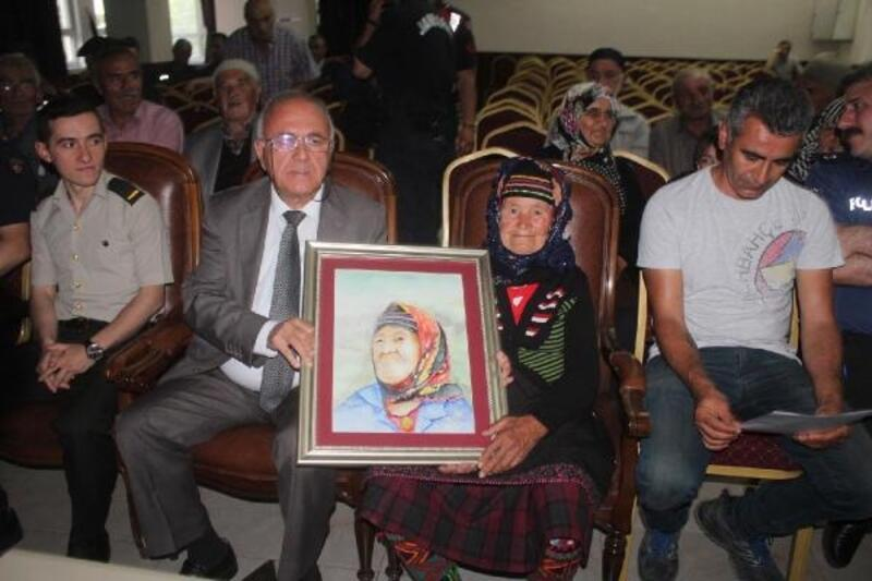 Şehit annesinin suluboya portresini yaptırıp, hediye etti