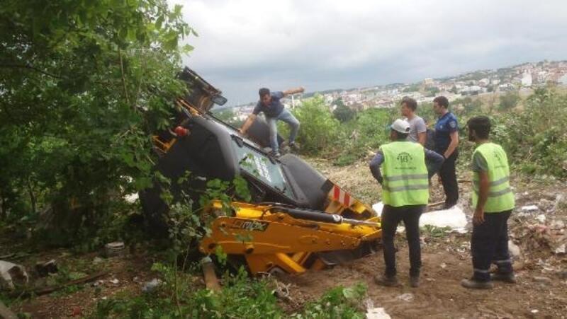 Arnavutköy'de iş makinası kuyuya düştü