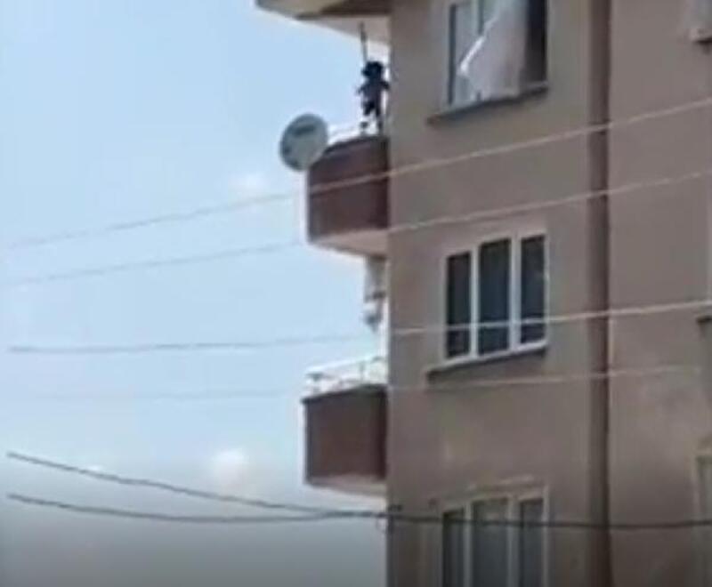 Küçük çocuğun balkonda tehlikeli kamerada