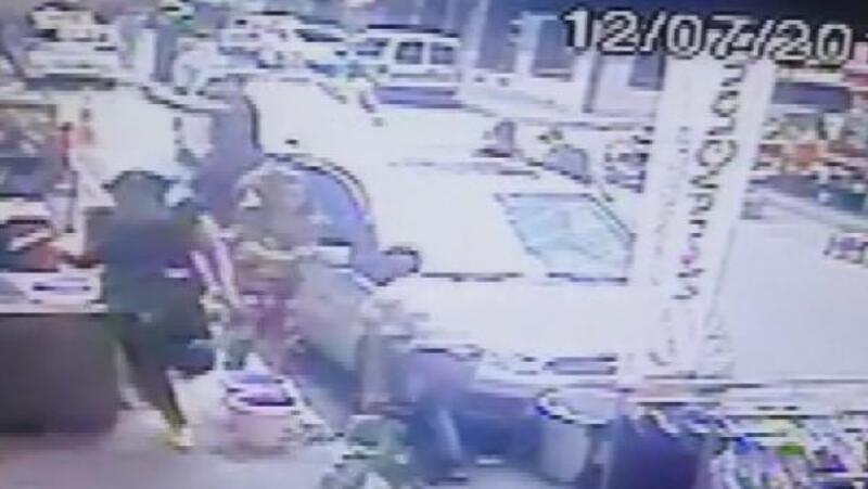 Fatih'te dükkanının önüne park ettirmeyen kuaförü vurdu