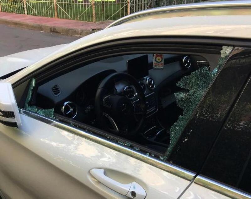 Camlarını kırdıkları 15 aracın içindeki eşyayı çaldılar