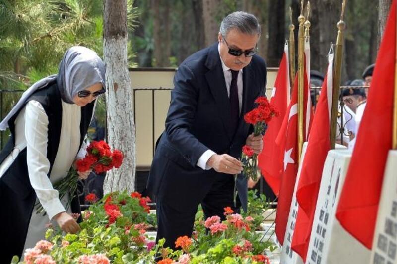 Mersin'de il protokolü şehitliği ziyaret etti