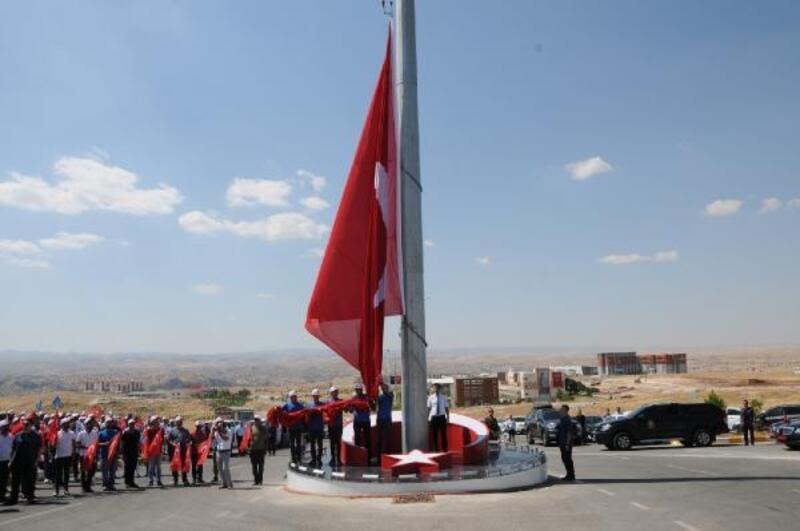 Batman'da 96 metrekarelik Türk bayrağı dalgalanmaya başladı