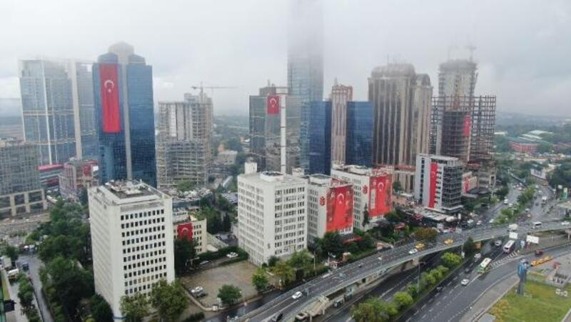 15 Temmuz Demokrasi ve Milli Birlik Günü'nde gökdelenler kırmızı beyaza büründü