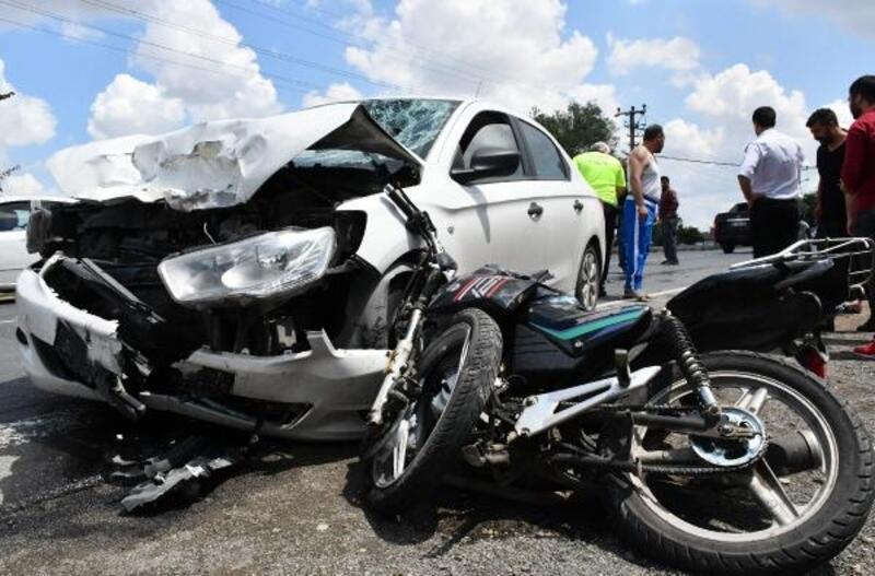 Otomobil, motosiklete çarptı: 2 yaralı