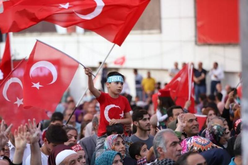 Bursa'da, 'Bayrak ve Demokrasi' yürüyüşüne binlerce kişi katıldı