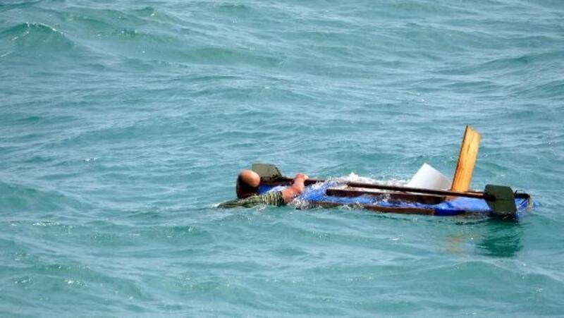 Denizde kanosu ters dönen balıkçıyı, dalış timi komutanı kurtardı