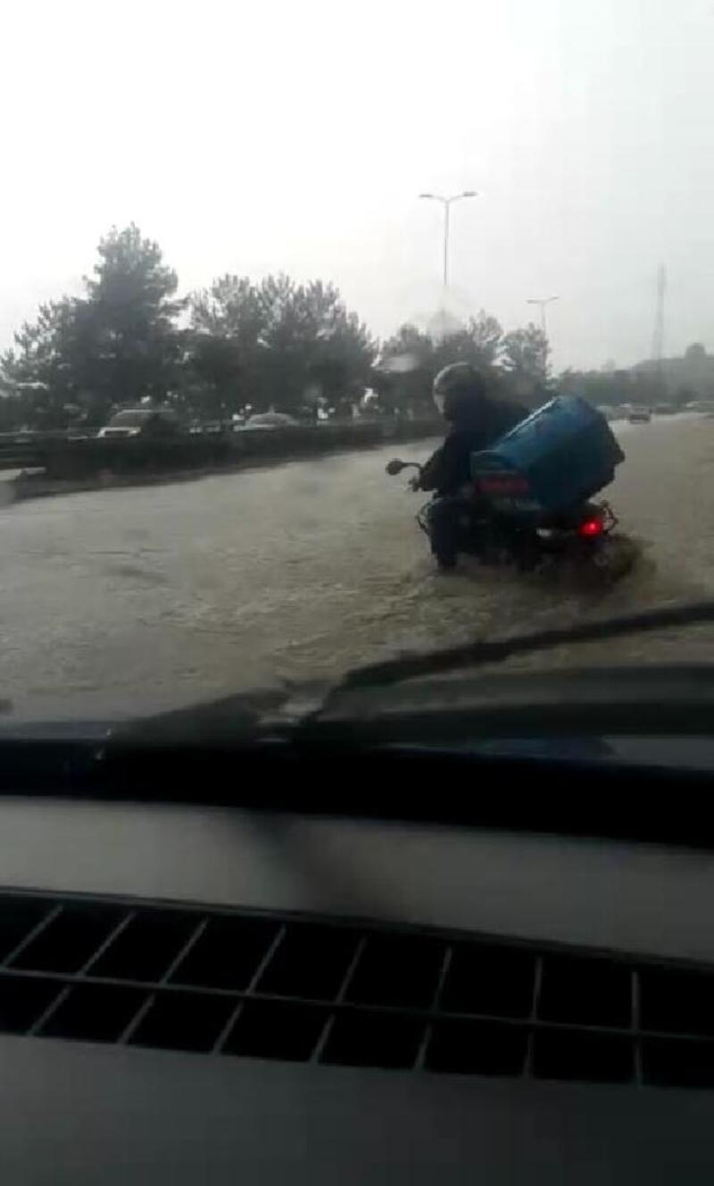 Nehre dönen yolda motosikletli kuryenin devrilme anı kamerada