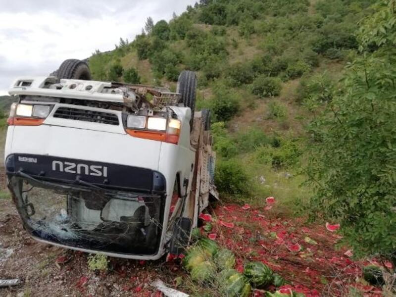 Karpuz yüklü kamyon devrildi, 2 yaralı