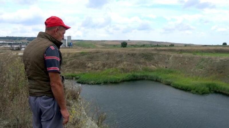 Traktörü göle düşen çiftçi çıkarılması için yardım bekliyor