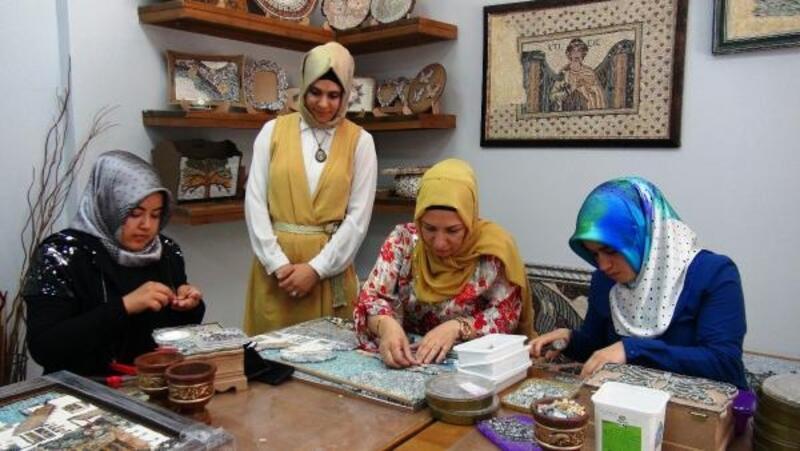 Ev kadınları mozaik sanatıyla stres atıyor