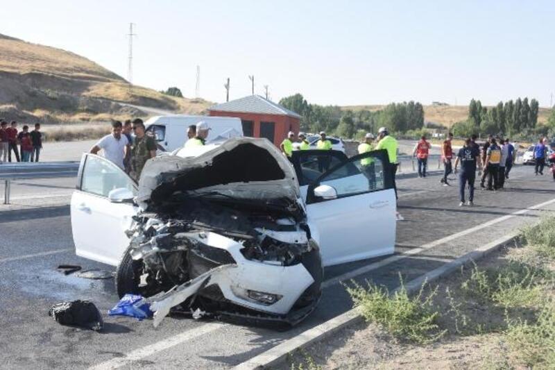 Van'da iki otomobil çarpıştı: 7 yaralı