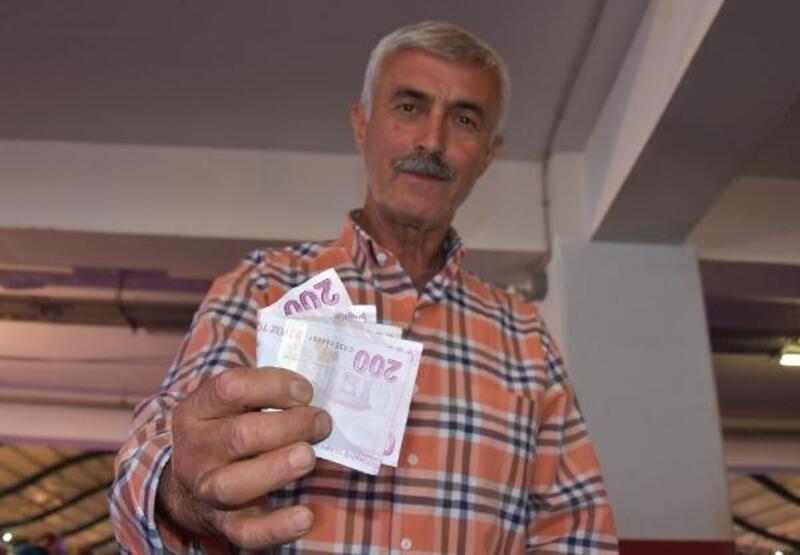 Pazarcı tezgahı önünde bulduğu paranın sahibini arıyor
