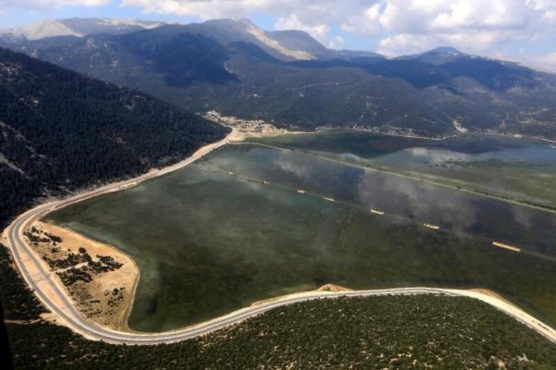 Kuraklıktan futbol sahası kadar kalan Avlan Gölü, eski haline dönüyor