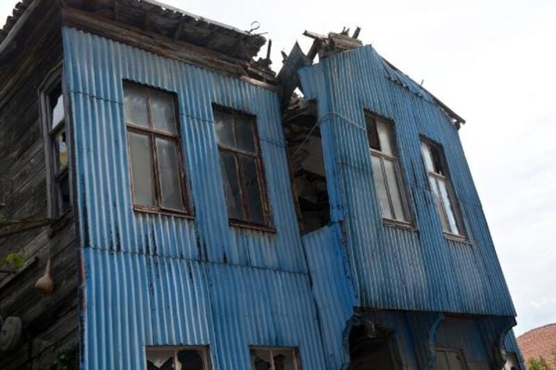 Yıkılma riski taşıyan ahşap evi halatla bağladılar