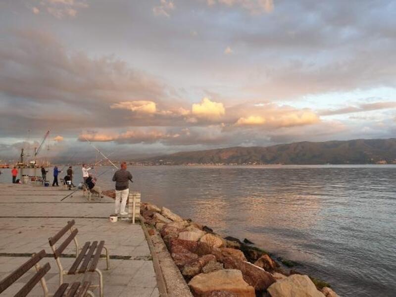 Körfez sahilleri olta balıkçılarıyla doldu