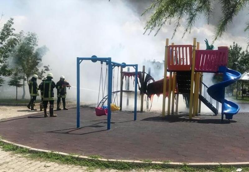 Çocuk parkındaki oyun gruplarını yaktılar