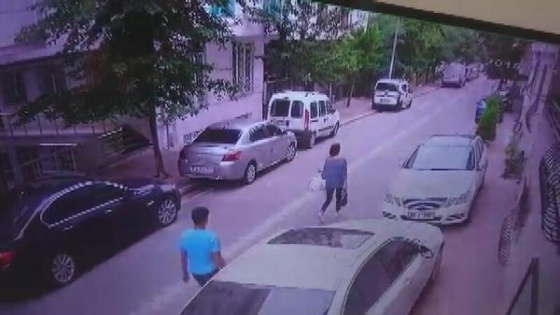 Esenyurt'ta kapkaç kamerada: sokakta yürüyen kadının telefonunu böyle çaldı