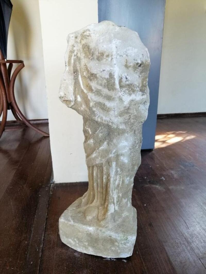 Bahçe duvarı için yapılan kazıdan başsız heykel çıktı