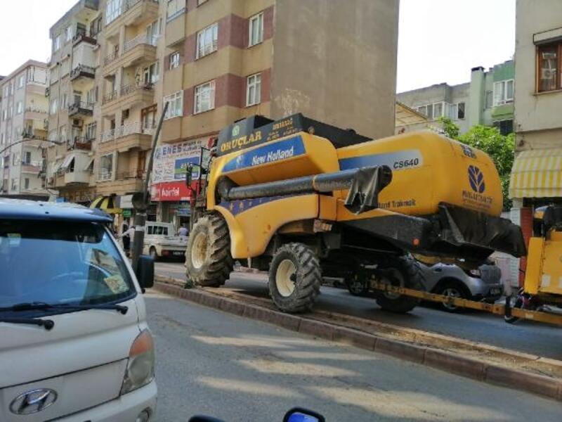 Şehir merkezine giren biçerdöver, trafiği birbirine kattı