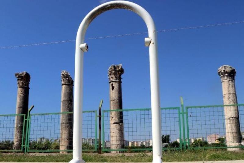 Antik kentteki metal çöp kovaları çalındı