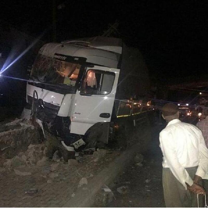 Bingöl'de TIR elektrik direğine çarptı