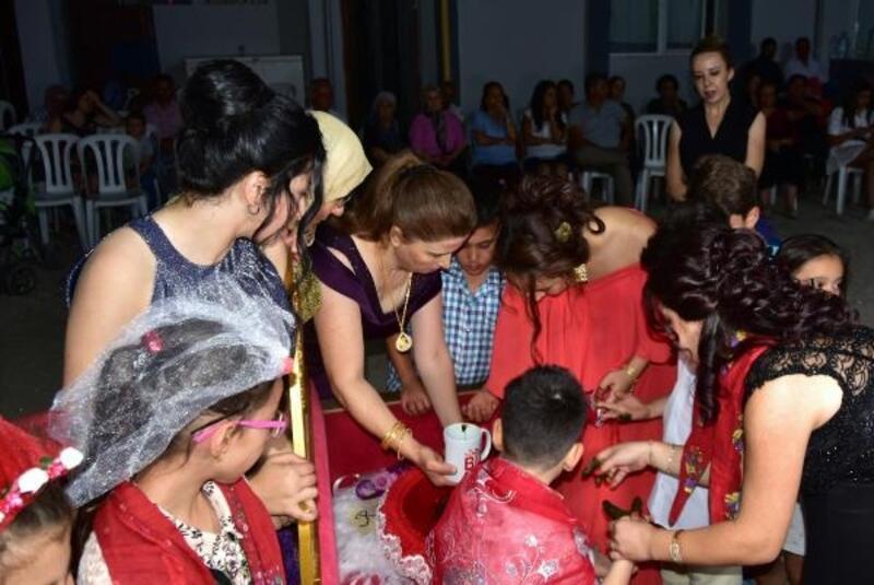 Koruyucu ailesi oldukları zihinsel engelli Rüzgar için sünnet düğünü yaptılar