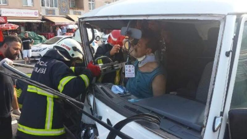 El freni çekilmeyen minibüs kazaya yol açtı: 2 yaralı