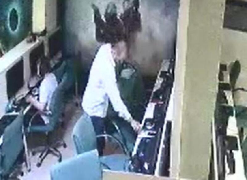 İnternet kafede hırsızlık anı güvenlik kamerasında