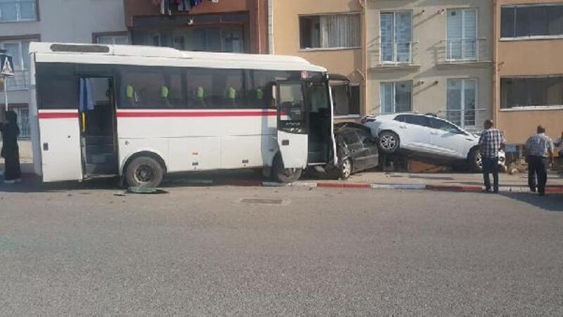 El freni çekilmeyen midibüs 2 otomobile çarptı