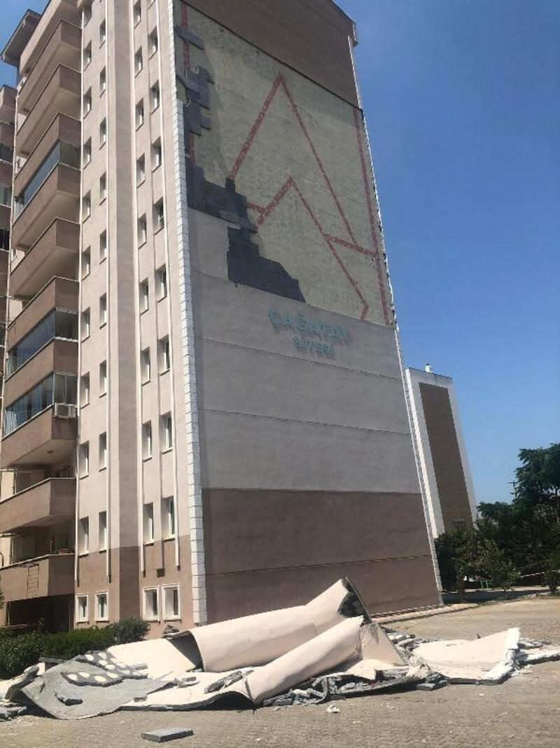 11 katlı apartmanın dış cephe kaplaması düştü