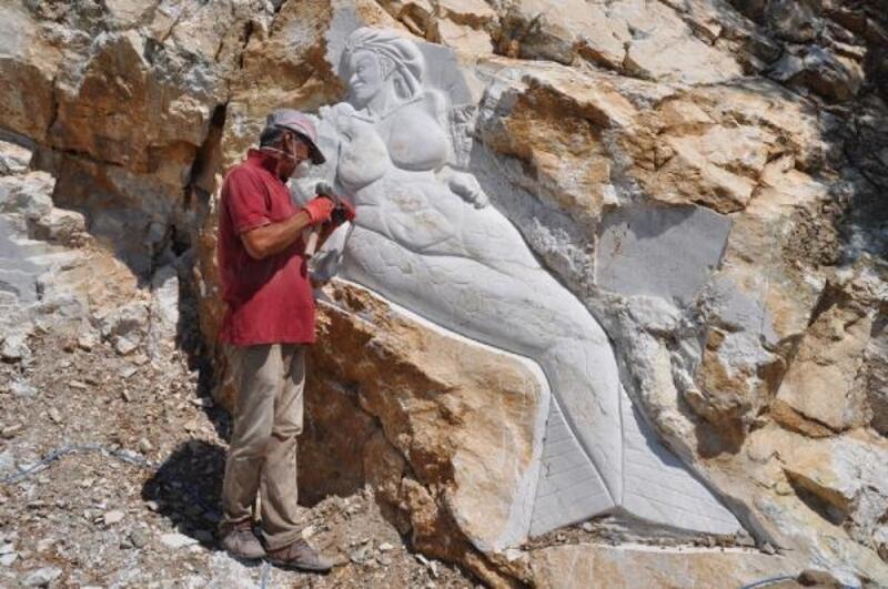 Emekli astsubayın kayalar üzerine yaptığı figürler ilgi görüyor