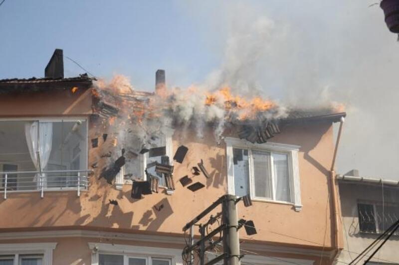 Çatıda yangın çıktı, çökme nedeniyle zor anlar yaşandı