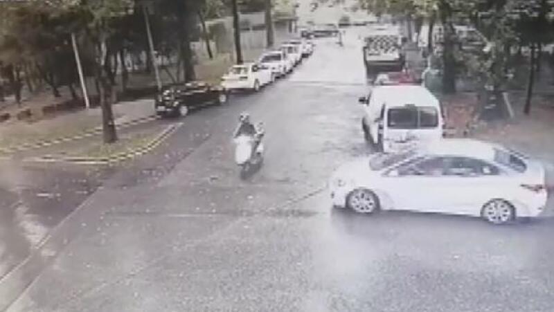 Sarıyer'de otomobilin motosikletliye çarptığı kaza kamerada