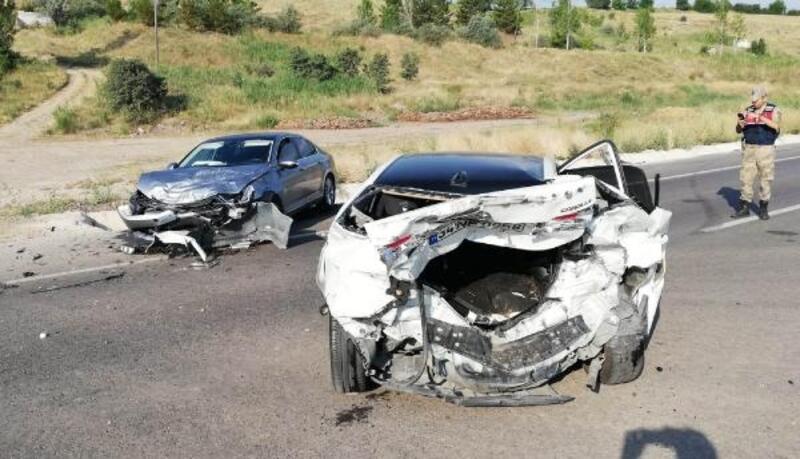 Sivas'ta otomobiller çarpıştı: 5 yaralı