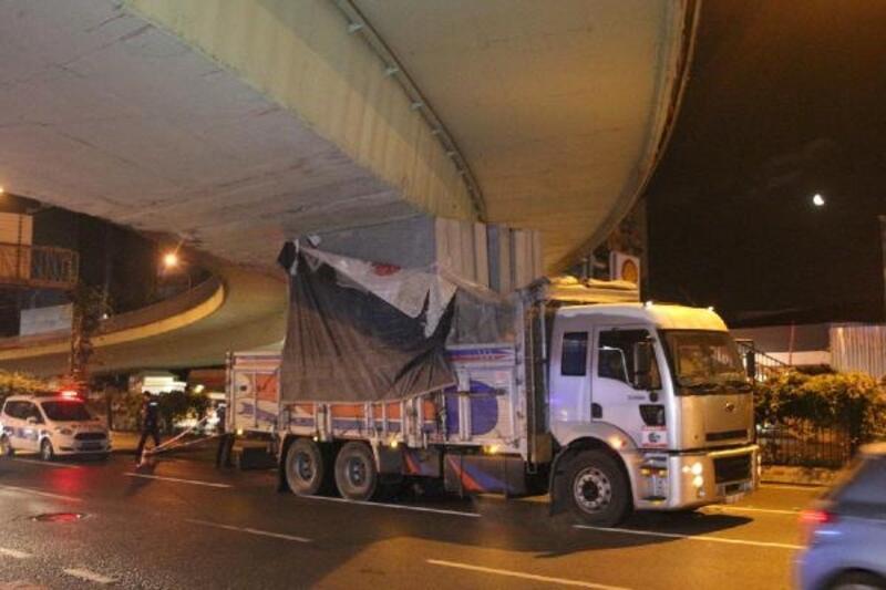 Beşiktaş'ta kamyon köprüye sıkıştı